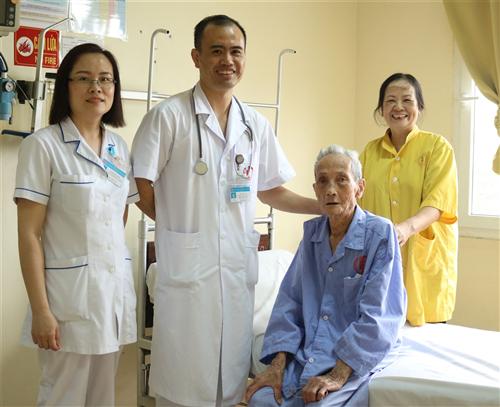 Cụ ông 99 tuổi khỏe mạnh nhờ máy tạo nhịp tim vĩnh viễn