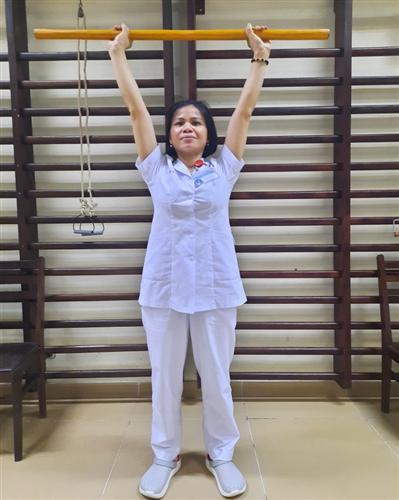 Bài tập cho người bệnh viêm quanh khớp vai bằng gậy
