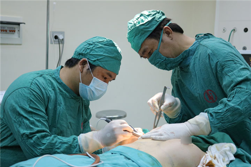 Lần đầu tiên triển khai phẫu thuật tạo hình nâng ngực tại Bệnh viện Việt Nam Thụy Điển Uông Bí