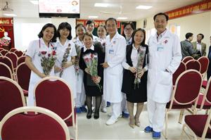 Tươi thắm những bông hoa gửi trao đến người phụ nữ ngành y
