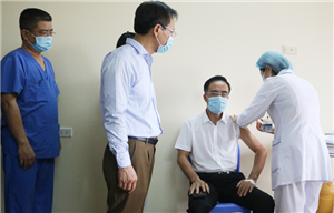 Ngày đầu tiên triển khai tiêm vắc xin COVID-19 cho nhân viên y tế