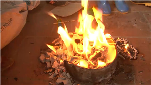 Dùng xăng đốt rác người đàn ông bị bỏng nặng