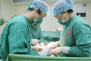 Phẫu thuật cắt tử cung hoàn toàn và vét hạch chậu hai bên cho người bệnh bị ung thư nội mạc tử cung