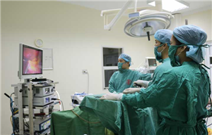 Cắt bỏ khối u nang buồng trứng lớn trên sản phụ mang thai 4 tháng