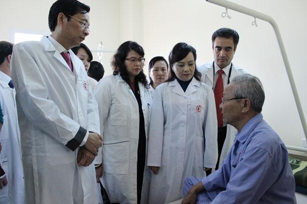 Bộ trưởng Bộ Y tế thăm người bệnh điều trị nội trú tại Trung tâm Ung bướu
